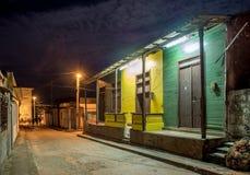 Улица Baracoa на ноче Кубе Стоковая Фотография