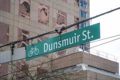 Улица Dunsmuir знака улицы в Ванкувере - ВАНКУВЕРЕ - КАНАДЕ - 12-ое апреля 2017 Стоковая Фотография RF