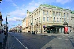 Улица Gediminas города Вильнюса на утреннем времени Стоковые Изображения RF