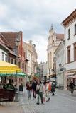 Улица Pilies узкая улица в Вильнюсе, Литве Стоковое Фото
