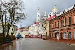 Улица Tolstoy с взглядами святого собора Dormition, Viteb стоковое изображение