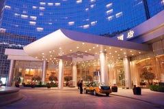 Улица Wangfujing коммерчески на ноче, гостиница Грандиозн Hyatt Le Грандиозн Больш стоковые изображения rf