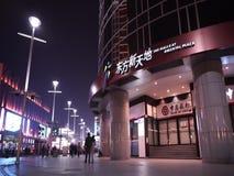 Улица Wangfujing коммерчески на ноче сток-видео