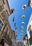 Улицы города украшенные с соломенными шляпами Стоковое Фото