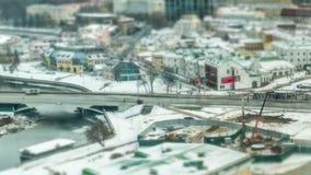 Улицы зима Минска, Беларуси Автомобиль и люди двигают быстро Перенос наклона Titelapse сток-видео
