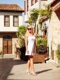 Улицы молодой женщины идя старого города лета Стоковые Фото