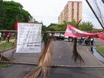 Улицы преграженные антипровительственными протестами в городе Puerto Ordaz, Венесуэле стоковое фото