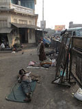 улицы kolkata попроек нищенских стоковые фотографии rf