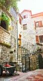 Улицы Kotor узкие малые исторического старого городка Расквартируйте шторок солнца засыхания камень linen ярких старый Подлинные  Стоковое фото RF