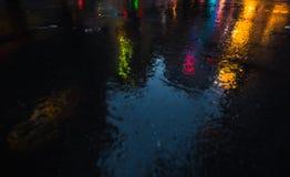 Улицы NYC после дождя с отражениями на влажном асфальте Стоковые Фото