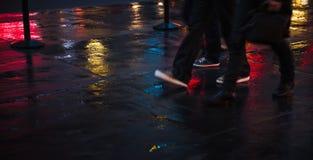 Улицы NYC после дождя с отражениями на влажном асфальте Стоковое Изображение
