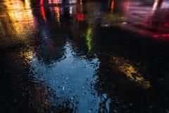 Улицы NYC после дождя с отражениями на влажном асфальте Стоковые Фотографии RF