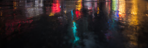 Улицы NYC после дождя с отражениями на влажном асфальте Стоковая Фотография