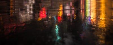 Улицы NYC после дождя с отражениями на влажном асфальте Стоковые Изображения