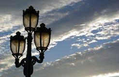 Уличное освещение на заходе солнца Стоковые Фотографии RF