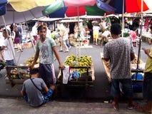 Уличные торговцы продают разнообразие свежие фрукты Стоковая Фотография RF