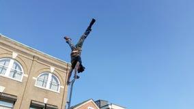 Уличный исполнитель делая стойку руки Стоковые Фото