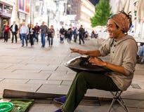 Уличный исполнитель играя барабанчик вида Стоковые Фотографии RF