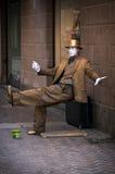 Уличный исполнитель как золотая статуя Стоковые Фото