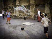 Уличный исполнитель с гигантскими пузырями стоковое изображение