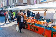 Уличный рынок в Эйндховене, Нидерландах стоковая фотография rf