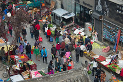 Уличный рынок около стены Xian города Стоковое Изображение