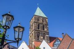 Уличный свет и башня церков в Rheine стоковые изображения rf