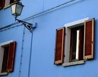 Уличный свет и голубая стена Стоковые Фото