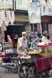 Уличный торговец на базаре стоковое фото