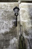 Уличный фонарь в городской стене стоковая фотография rf