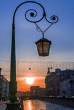 Уличный фонарь в Санкт-Петербурге на заходе солнца, России Стоковые Изображения RF