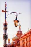 Уличный фонарь в Санкт-Петербурге на церков предпосылки спасителя Стоковые Фото