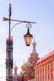 Уличный фонарь в Санкт-Петербурге на церков предпосылки Savi Стоковое фото RF
