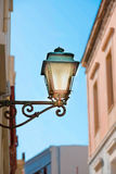 Уличный фонарь на стене Стоковые Изображения
