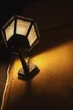 Уличный фонарь прикрепленный к тону стены теплому Стоковое фото RF