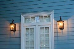 Уличный фонарь против деревянной стены Стоковое Фото