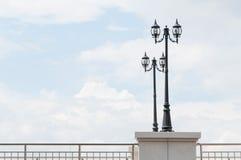 Уличный фонарь ретро на голубом небе Стоковое Фото