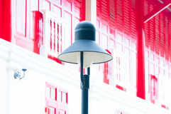 Уличный фонарь ретро на предпосылке традиционной красной двери деревянной Стоковая Фотография RF