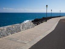 Уличный фонарь с морем стоковые фотографии rf