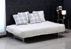 Удобная кровать софы Стоковые Изображения