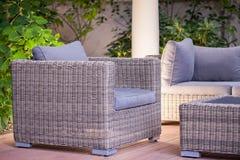 Удобное модное ротанговое кресло стоковые фото