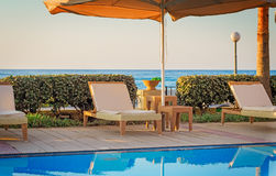 Удобный малый бассейн на курорте, на морском побережье Стоковая Фотография RF
