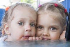 Удобренный взгляд девушек смешной в рамке Стоковые Изображения