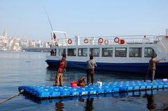 уловите рыболовов рыб удя вне штанги тростников пруда вставляя 3 Стоковое фото RF