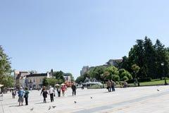 Уловка, Болгария - 8-ое мая 2015: Люди идя в центр в s стоковые фотографии rf