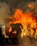 Уловка с горящими людьми в автомобиле Стоковое Фото