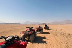 Удовольствие ATVs в египетской пустыне Стоковые Изображения