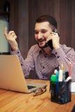 Удовлетворенный бизнесмен говоря на телефоне и жестикулировать Стоковое фото RF