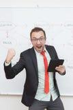 Удовлетворенный бизнесмен держа цифровую таблетку стоковая фотография rf