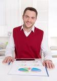 Удовлетворенный бухгалтер работая с диаграммами. стоковое изображение